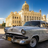 Vintage car near the Museum of the Revolution in Havana — Stock Photo