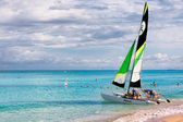 Family of tourists going sailing in the cuban beach of Varadero — Foto Stock