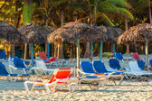 Umbrellas and bech beds on Varadero in Cuba — Stock Photo