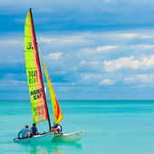 Young couple sailing at a cuban beach — Stock Photo