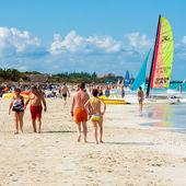 キューバの varadero ビーチを楽しんで観光客 — ストック写真