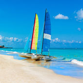 Sailing boats on a tropical beach in Cuba — Stock Photo