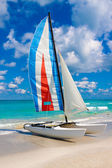 Sailing boat on a tropical beach in Cuba — Stock Photo