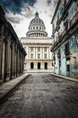 Street with crumbling buildings leading to the Capitol in Old Ha — Stock Photo
