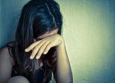 孤单的小女孩用一只手覆盖她的脸哭 — 图库照片