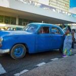 stary amerykański samochód, zbierając pasażera w Hawanie — Zdjęcie stockowe #17351673
