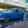 Old american car picking up a passenger in Havana — Foto Stock