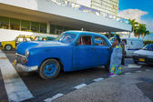 Old american car picking up a passenger in Havana — Stock Photo