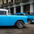 Vintage Chrysler neben Altbauten in Havanna — Stockfoto #17647887