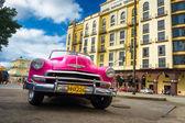 Chevrolet clásico frente a un hotel en la habana — Foto de Stock