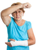 Elderly woman with a broken arm defending herself against an agg — Stock Photo