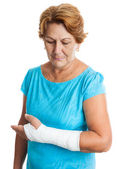 Woman with a broken arm on a plaster cast — Stock Photo