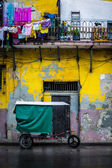 Bycicle and shabby buildings in Old Havana — Stock Photo