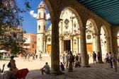 游客在哈瓦那的大教堂广场 — 图库照片