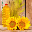 Sunflowers and a bottle of vegetable oil — Stock Photo