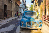 Street scene with an old rusty american car in Havana — Stock Photo
