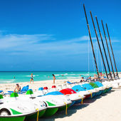 Boats for rent and tourists enjoying the beach of Varadero — Stock Photo