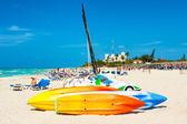 Boats for rent and tourists enjoying the beach of Varadero in Cu — Stock Photo