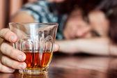 持有含酒精的饮料的睡着了醉酒的女人 — 图库照片
