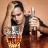Ubriaco e solitario uomo latino — Foto Stock