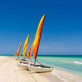 Barca a vela colorato su una spiaggia cubana — Foto Stock