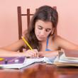 hiszpańskie dziewczyny nad jej szkoły domowe — Zdjęcie stockowe