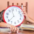 疲れた子供睡眠と時計を保持 — ストック写真