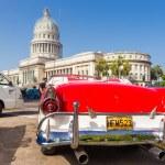 vintage ford perto do Capitólio em havana — Foto Stock