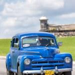 Old car near the castle of El Morro in Havana — Stock Photo
