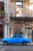 Old car next to decaying buildings in Havana — Stock Photo