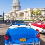 Античный кабриолет Форд возле Капитолий в Гаване — Стоковое фото