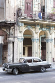 Old Pontiac next to crumbling buildings in Havana — Stock Photo