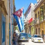 古い植民地建物とストリートでキューバの国旗 — ストック写真