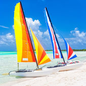Colorful catamarans at a beach in Cuba — Stock Photo