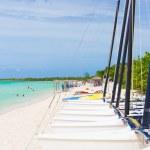 Marina con barcos de vela en una playa tropical en cuba — Foto de Stock