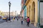 People and traffic in a colorful street in Havana — Stock Photo
