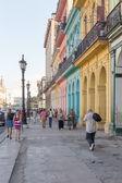 Pessoas em uma rua colorida em havana, cuba — Fotografia Stock