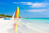 Scene with sailing boat at Varadero beach in Cuba — Stock Photo