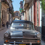 Old american car in a shabby street in Havana — Stock fotografie
