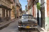 Old american car in a shabby street in Havana — Stock Photo