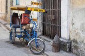 Street in Havana with an old bicycle and shabby buildings — Stock Photo