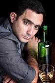 Samotny i smutny człowiek hiszpanin pitnej alone — Zdjęcie stockowe