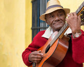 Old afrocuban street musician playing the guitar in Havana — Stock Photo