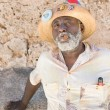 Black man smoking a cuban cigar in Old Havana — Foto Stock