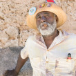 Black man smoking a cuban cigar in Old Havana — Stockfoto