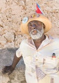 Black man smoking a cuban cigar in Old Havana — Stock Photo