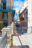 Colorful street next to the Cathedral of Havana — Stock Photo