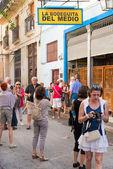 Tourists visiting La Bodeguita del Medio in Havana — Stock Photo