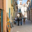 Typical art for sale in a narrow street in Havana — Stockfoto