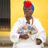 Old black lady smoking a cuban cigar in Havana — Stock Photo
